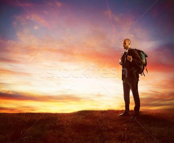 Naar nieuwe business zakenman ontdekkingsreiziger rugzak Stockfoto © alphaspirit