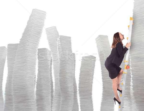 Klim bureaucratie zakenvrouw schaal vrouw kantoor Stockfoto © alphaspirit