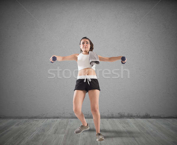 Training onhandig meisje lift gewichten fitness Stockfoto © alphaspirit