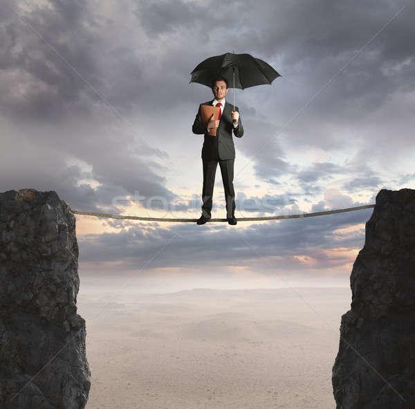 Verzekering agent hangend touw business berg Stockfoto © alphaspirit