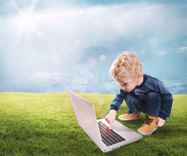Technológia gyermek megérint számítógép kulcsok zöld Stock fotó © alphaspirit