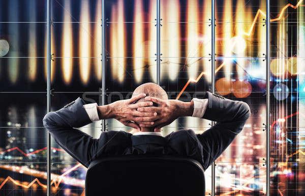 Virtuális képernyő üzlet üzletember néz szélesvásznú Stock fotó © alphaspirit