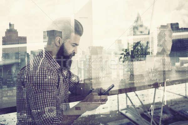 Smartphone biznesmen multimedialnych Internetu związku tabeli Zdjęcia stock © alphaspirit