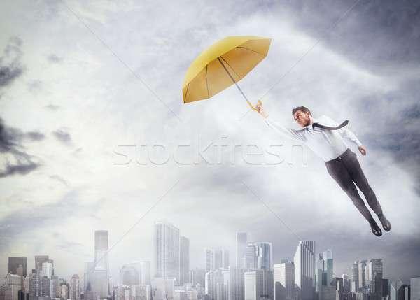 Foto stock: Voar · alto · empresário · voador · guarda-chuva · cidade
