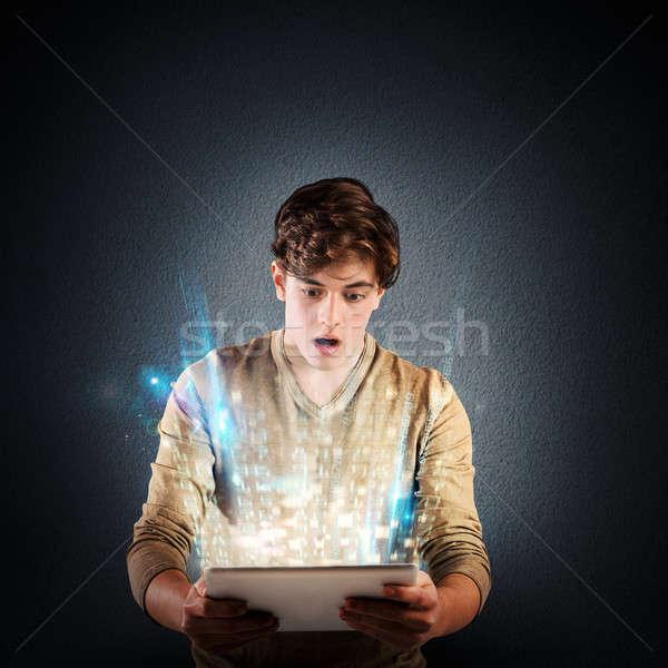 Zdziwiony technologii chłopca jasne świetle tabletka Zdjęcia stock © alphaspirit