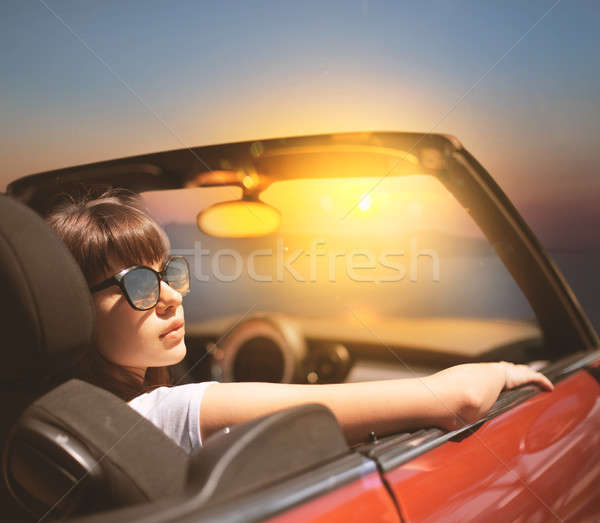 Jonge vrouw kabriolet auto zee jonge kaukasisch Stockfoto © alphaspirit