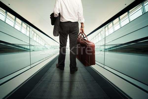 Zakenman roltrap bagage man luchthaven zak Stockfoto © alphaspirit