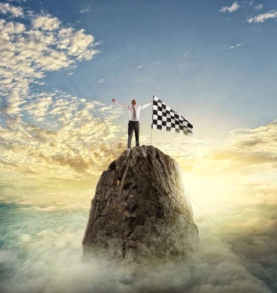 Imprenditore obiettivo determinazione bandiera montagna raggiungimento Foto d'archivio © alphaspirit