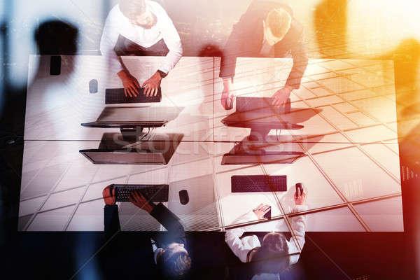 üzletember irodai munka együtt számítógép együttműködés csapatmunka Stock fotó © alphaspirit