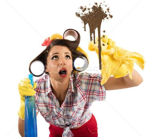 Drukke huisvrouw spray schoonmaken vuile glas Stockfoto © alphaspirit