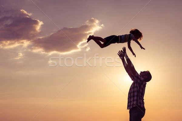 Apa fia játszik tengerpart naplemente idő nap Stock fotó © altanaka