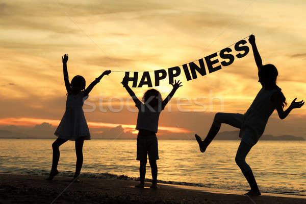 幸せ 子供 演奏 ビーチ 日没 時間 ストックフォト © altanaka