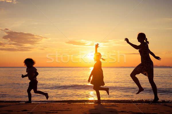 母親 子供 演奏 ビーチ 日没 時間 ストックフォト © altanaka