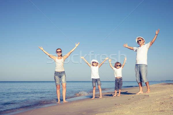 幸せな家族 徒歩 ビーチ 日 時間 優しい ストックフォト © altanaka