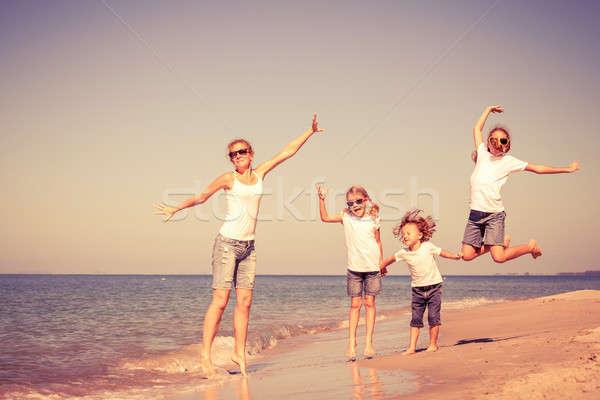 母親 子供 演奏 ビーチ 日 時間 ストックフォト © altanaka
