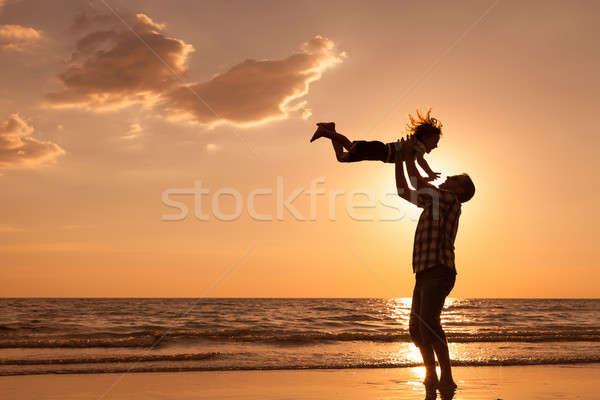 Apa fia játszik tengerpart naplemente idő barátságos Stock fotó © altanaka