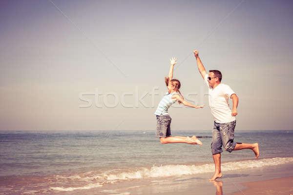 отец дочь играет пляж день время Сток-фото © altanaka