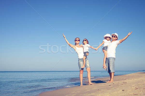 счастливая семья ходьбе пляж день время дружественный Сток-фото © altanaka