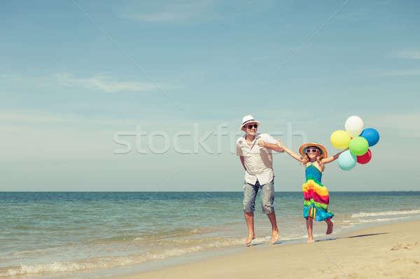 отец дочь шаров играет пляж день Сток-фото © altanaka