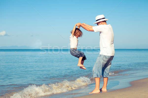 ストックフォト: 父から息子 · 演奏 · ビーチ · 日 · 時間 · 優しい