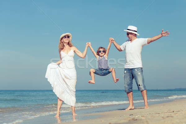 ストックフォト: 幸せな家族 · 徒歩 · ビーチ · 日 · 時間 · 優しい