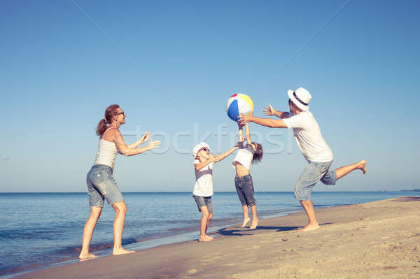 幸せな家族 徒歩 ビーチ 日 時間 演奏 ストックフォト © altanaka