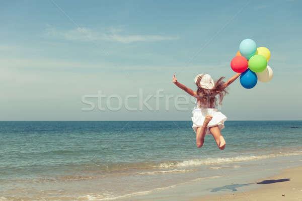 十代の少女 ジャンプ ビーチ 風船 日 時間 ストックフォト © altanaka