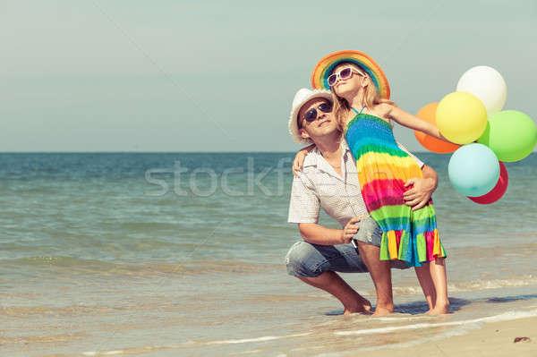 ストックフォト: 父 · 娘 · 風船 · 演奏 · ビーチ · 日