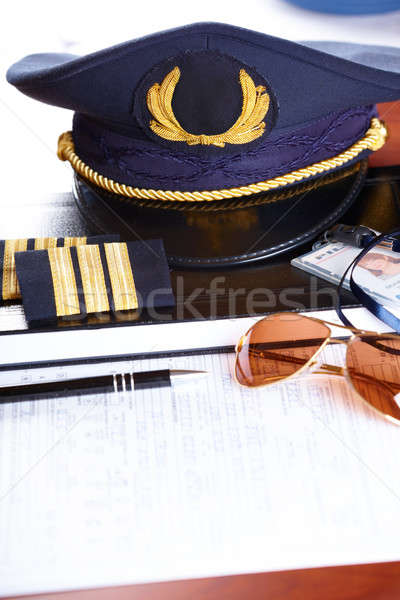 Professionele vliegmaatschappij piloot uitrusting hoed Stockfoto © Amaviael