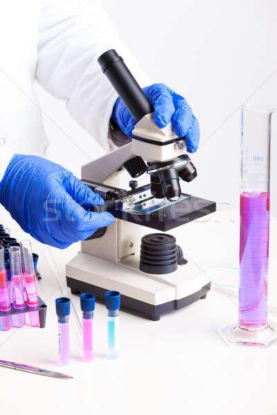 Laboratório equipamento lab técnico trabalhando microscópio Foto stock © Amaviael