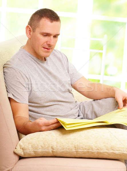 男 読む 新聞 ソファ ホーム 顔 ストックフォト © Amaviael