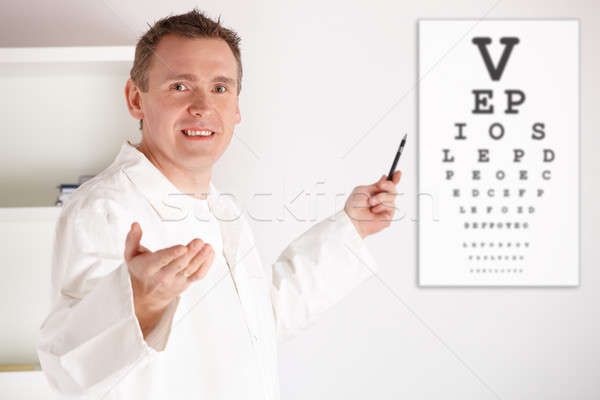 Oogarts arts onderzoeken patiënt mannelijke oog Stockfoto © Amaviael