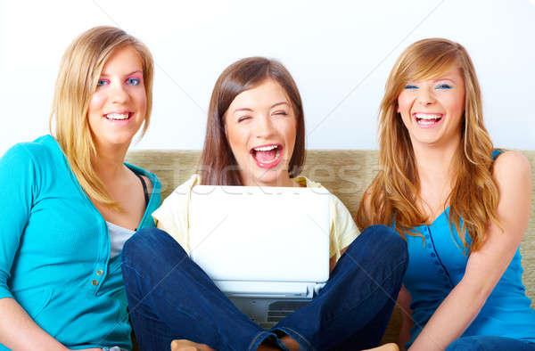 Belo meninas laptop três feliz amigos Foto stock © Amaviael