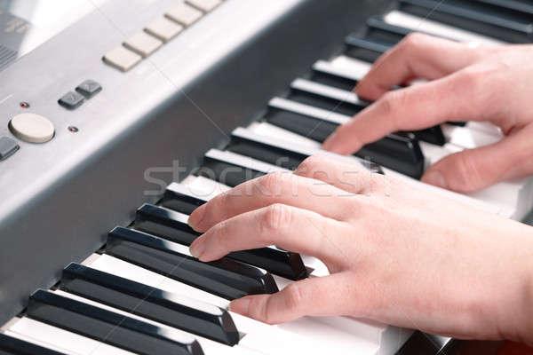 Manos jugando música piano mano arte Foto stock © Amaviael