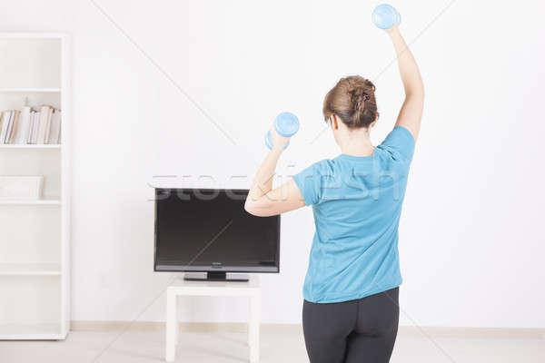Foto stock: Mulher · casa · fitness · halteres · tela · tv