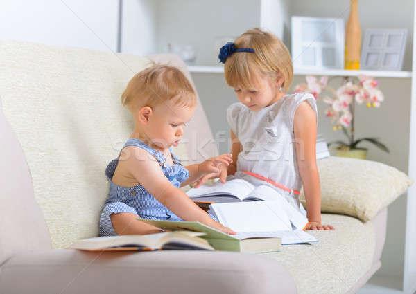Enfants livres peu garçon fille séance Photo stock © Amaviael