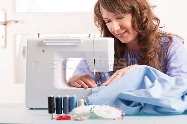 Vrouw naaimachine mooie jonge vrouw home draad Stockfoto © Amaviael