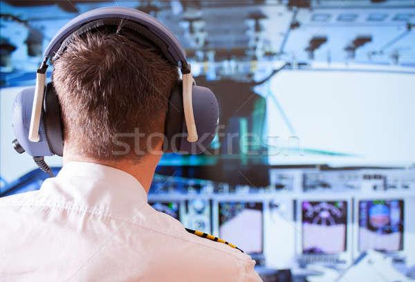 Companhia aérea piloto uniforme fone trabalhando Foto stock © Amaviael