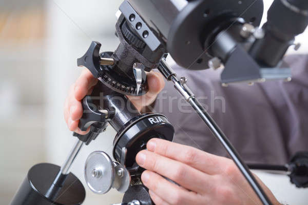 Telescopio mano cielo bianco persona professionali Foto d'archivio © Amaviael