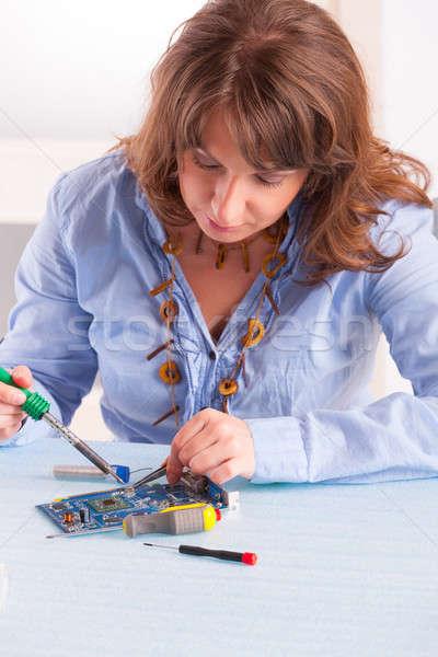 Foto stock: De · solda · mulher · ferramenta · computador · trabalhando