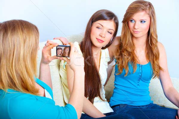 Tres ninas toma fotos jóvenes reunión Foto stock © Amaviael