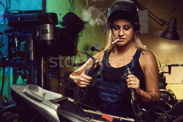 Nő szerelő dolgozik motorkerékpár műhely lány Stock fotó © amok