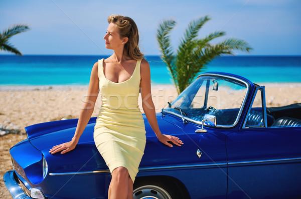 Mooie vrouw retro kabriolet auto tropisch strand idyllisch Stockfoto © amok