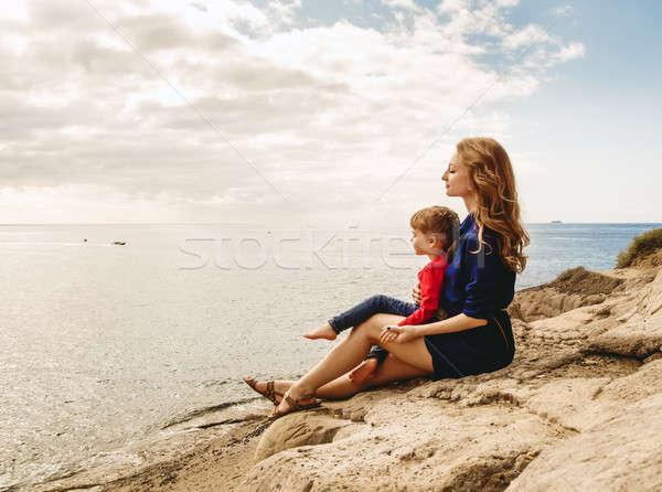 母親 娘 座って 岩 海 女性 ストックフォト © amok