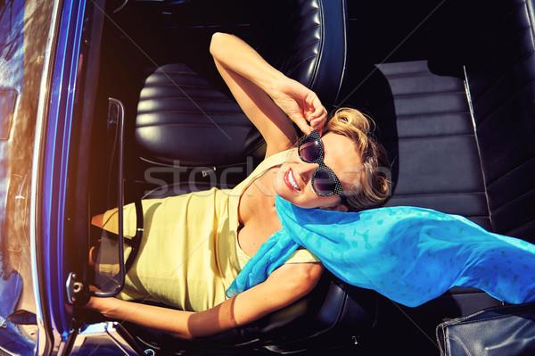 Aantrekkelijke vrouw vergadering retro auto vrouw gelukkig Stockfoto © amok