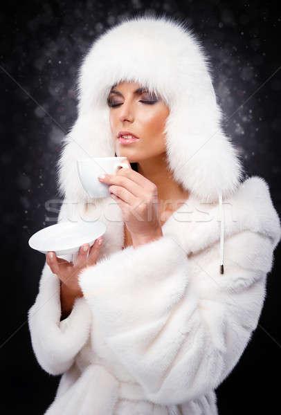 Mooie vrouw witte pels cap drinken koffie Stockfoto © amok