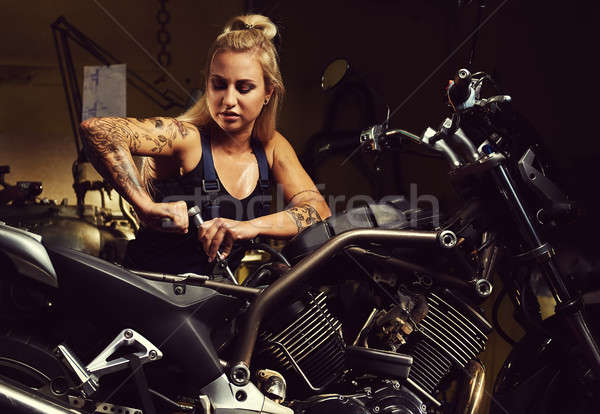 Stockfoto: Blond · vrouw · monteur · motorfiets · workshop