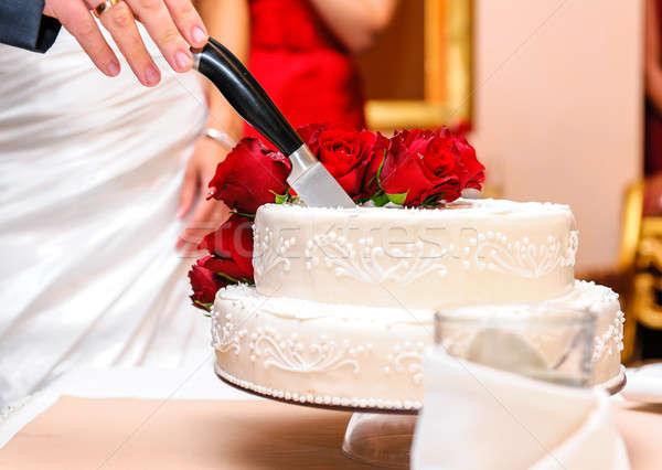 Menyasszony vőlegény vág esküvői torta virágok étel Stock fotó © amok