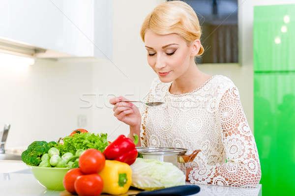 Fiatal nő kóstolás vegetáriánus étel diétázás egészséges életmód főzés Stock fotó © amok