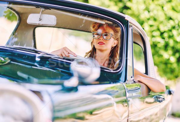 Belle femme séance voiture rétro femme soleil Photo stock © amok